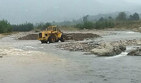 برداشت شن از بستر رودخانه پلرود در هفته محیط زیست! +عکس