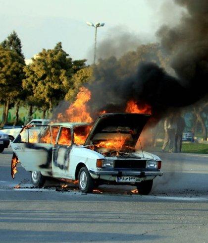 راننده در آتش پیکان سوخت