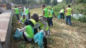 شهروندان رشتی برای پاکسازی رودخانه زرجوب آمدند+تصاویر