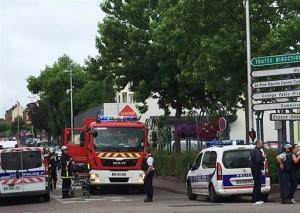گروگانگیری دو مرد مسلح با چاقو در کلیسایی در شمال فرانسه/ داعشیها سر کشیش را بریدند!