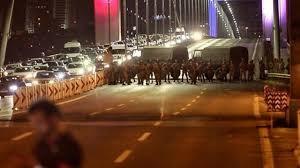 تسلیم شدن نظامیان کودتا در پل تنگه بوسفر در استانبول +عکس