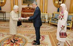 سفیر ایران و همسرش در کنار ملکه الیزابت +عکس