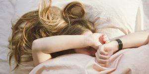 ضرر عجیب خوابیدن با موی خیس