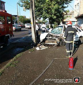 انحراف و برخورد شدید خودرو با تیر چراغ برق یک مجروح بر جای گذاشت