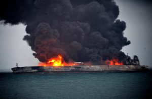 نفتکش ایرانی همچنان در آتش میسوزد/ کشف یک جسد ناشناس در ۴ مایلی محل حادثه