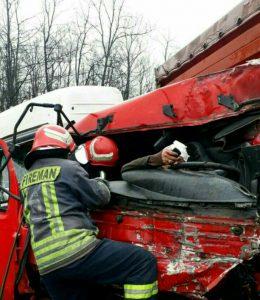 محبوس شدن راننده پس از تصادف دو خودرو در جاده سراوان _ فومن