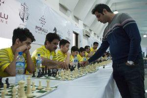 احسان قائممقامی با یکصد شطرنج باز در انزلی به رقابت پرداخت