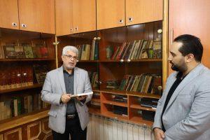  اهدای کُتُب و لوح های فشرده از سوی عاقل منش، رییس کمیسیون فرهنگی اجتماعی در بازدید از کتابخانه روابط عمومی شورا