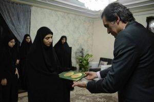دیدار  امیرلو مدیریت منطقه چهار شهرداری رشت با خانواده شهید حسن پاینده