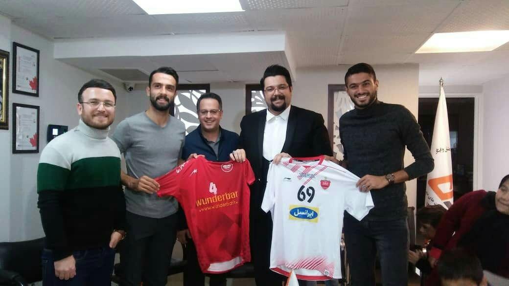 اهدای پیراهن بازی فینال آسیا به کودکان بیسرپرست