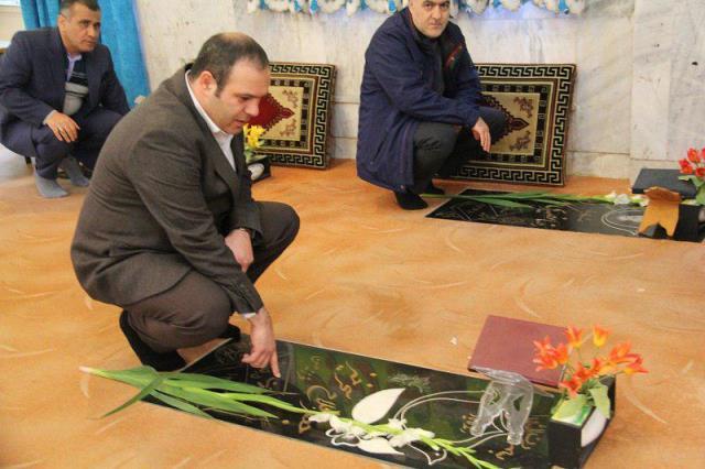 گلباران مزار شهدا توسط شهردار، اعضای شورای اسلامی شهر و مسئولین لاهیجان در دومین روز از دهه فجر انقلاب اسلامی