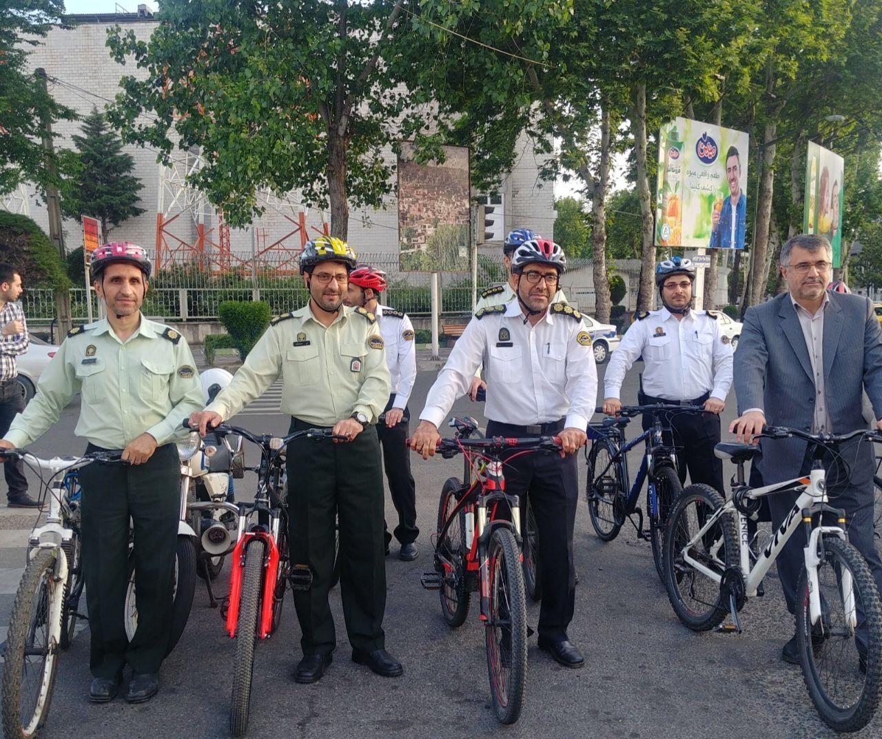 جمعی از کارکنان پلیس گیلان با دوچرخه به محل کار خود رفتند