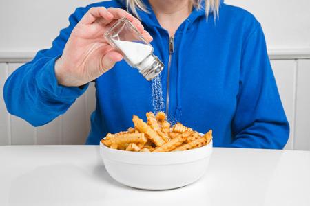 فشارخونیها در طول روز چقدر نمک بخورند؟